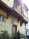 Ο Στάθης ο Δημητρακός εμπρός από το πατρογονικό σπίτι στην Τρίγλια